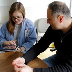 Olivia Frank, étudiante bénévole à l'Unité des soins intensifs médicaux-chirurgicaux, rédige une entrée dans le journal de Jimmy Plevritis, dont le père a été admis à l'Unité.