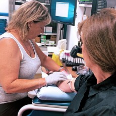 L'infirmière auxiliaire Donna-Sue Kernohan prélève un échantillon de sang au CLSC de Benny Farm.