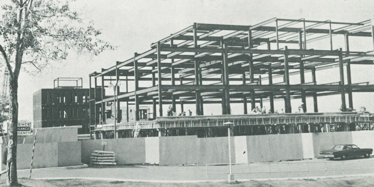 À l'été 1968, les travaux progressent déjà bien pour ériger simultanément l'Institut de psychiatrie communautaire et familiale (à l'arrière) et l'Institut Lady Davis (devant), tous deux inaugurés en 1969. Les édifices sont séparés par la rue Légaré, le chemin de la Côte-Sainte-Catherine se trouvant juste après la limite à gauche sur la photo.