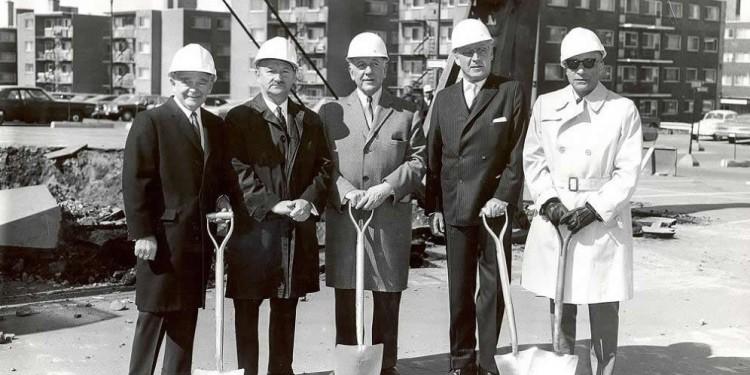 En 1968, les travaux de construction de l'IPCF sont entamés. Étaient présents à la cérémonie (de gauche à droite) : Samuel Steinberg, président du conseil d'administration de l'HGJ; Dr William Slatkoff, directeur général de l'HGJ; Allan Bronfman, président fondateur du conseil d'administration; Bernard Bloomfield, leader et philanthrope de la communauté; ainsi que Dr Henry Kravitz, chef du Service de psychiatrie.