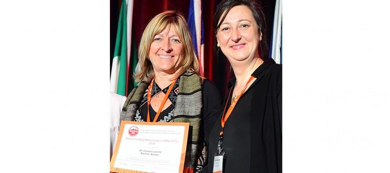 Dre Carmen Loiselle (à gauche) reçoit un prix de l'Association canadienne des infirmières en oncologie, présenté par son ancienne étudiante au doctorat Fay Stroshchein.