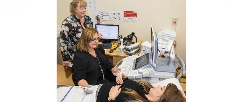 Mazit Ifergan subit une échographie obstétricale réalisée par Linda Larin (assise), technicienne spécialisée en échographie, en consultation avec la Dre Louise Miner.