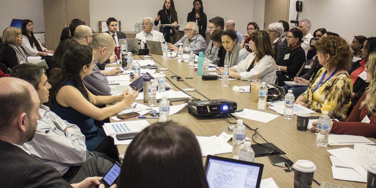 Plus de 50 professionnels de la santé chevronnés se sont réunis le 17 février dans le cadre d'un exercice de simulation de table portant sur l'éventualité qu'un patient atteint de coronavirus se présente à l'HGJ. La séance était coprésidée et coorganisée par le Dr Marc Afilalo (centre, en sarrau) et le Dr Paul Brisebois (gauche, en veste foncée).