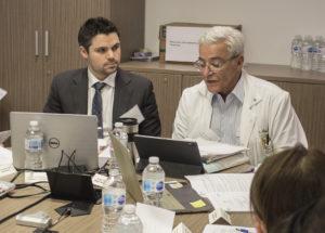 Dr Marc Afilalo (à droite), chef du Département d'urgence, et Dr Paul Brisebois, urgentiste, coprésidents et coorganisateurs de l'exercice de simulation de table relié au coronavirus.