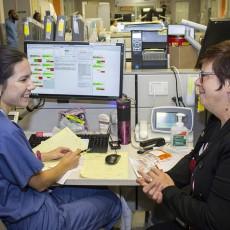 Au Département de l'urgence de l'HGJ, Lucie Tremblay (à droite), directrice des Soins infirmiers, discute amicalement avec l'infirmière clinicienne Valerie Lok, qui expose son point de vue unique sur les réussites et les difficultés quotidiennes du Département.