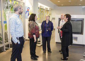Lors d'une tournée du Département de l'urgence, plusieurs dirigeants direction du CIUSSS parlent de la nécessité d'optimiser l'utilisation d'un salon des familles — de gauche à droite : André Poitras, Valerie Schneidman, Francine Dupuis, Serge Cloutier et Lucie Tremblay.