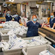 Dans la buanderie de l'HGJ, (de gauche à droite) Richard Gamble, Hassan Hersi, Onika McIntosh, Marietta Herrera et Linda Klupper sont quelques-uns des employés qui aident l'Hôpital et les patients à composer avec la pandémie de la COVID-19 en fournissant un approvisionnement fiable de draps, serviettes, uniformes, blouses d'hôpital, vêtements de protection et autres articles de lingerie.