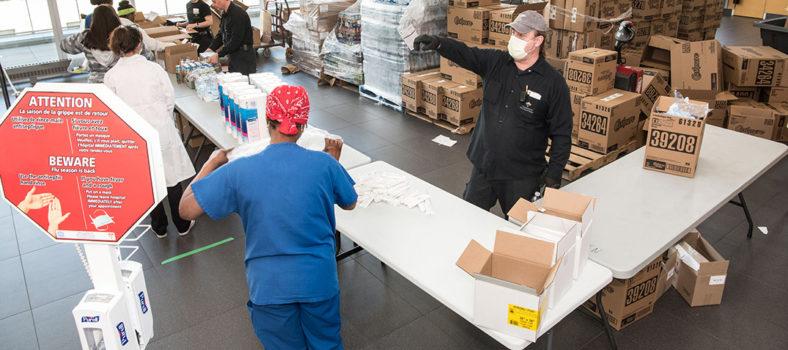 Au Carrefour Lea Polansky à l'HGJ, les membres du personnel de plusieurs services et départements, cliniques et non cliniques, reçoivent différents articles gratuits envoyés par des donateurs afin de remercier les employés de leur travail remarquable pour lutter contre le coronavirus.