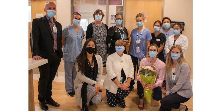 Lors d'une brève cérémonie à l'HGJ, Annick Lebœuf (à l'arrière, troisième de la gauche), membre du Conseil de la section Montréal-Laval de l'Ordre des infirmières et infirmiers du Québec, a présenté le prix Coup de cœur du concours Innovation infirmière aux membres de l'Équipe des soins infirmiers externes en Oncologie; Mandy Collins (à l'arrière, au centre), infirmière clinicienne en Oncologie externe, tient le prix. Parmi les personnes présentes : Lucie Tremblay (devant, deuxième de la gauche), directrice des Soins infirmiers; Serge Cloutier (à l'arrière, à gauche), directeur adjoint à la direction des Soins infirmiers; Erin Cook (devant, à droite), codirectrice des Opérations au Centre de cancer Segal; Kimberly Gartshore (devant, deuxième de la droite), infirmière-chef, oncologie externe; et Elisabeth Laughrea (devant à gauche), présidente du comité jeunesse de la section Montréal-Laval de l'Ordre des infirmières et infirmiers du Québec.