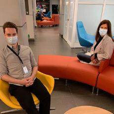 Le technicien en bâtiment David Gadouaet et Chloé Décarie-Drolet, l'infirmière-chef de l'Unité post-partum, sont assis dans le salon réaménagé de l'HGJ. La nouvelle salle d'allaitement est à droite.