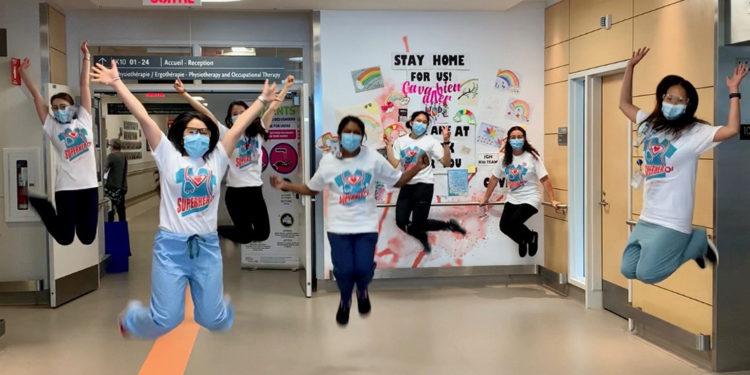 La photographie soumise par Alyssa Pambuan, infirmière à l'HGJ et coordinatrice de l'équipe des AVC, dans le cadre du concours Une pose de bonheur du CIUSSS, a capturé l'esprit de camaraderie qui régnait au sein de son équipe pendant la pandémie de la COVID-19.