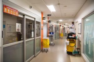 Les couloirs larges du pavillon K sont pratiquement libres de tout encombrement. Les objets qui doivent être dans une zone chaude n'entravent pas la circulation des membres du personnel.