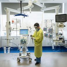 L'inhalothérapeute Brian Camacho vérifie son équipement dans la chambre d'un patient contaminé par la COVID-19, au pavillon K. La pièce spacieuse permet de recevoir de nombreux outils et instruments médicaux. Comme une grande partie de l'équipement peut être suspendue au plafond par le biais de bras mécaniques, les membres du personnel peuvent circuler facilement et en toute sécurité. (Cliquez sur cette photo ou sur toute autre pour l'agrandir).