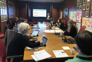 Pour s'assurer du bon déroulement de l'administration des premiers vaccins contre la COVID-19, un bureau satellite du centre de commandement a été mis en place dans la salle du conseil du Centre gériatrique Maimonides Donald Berman.