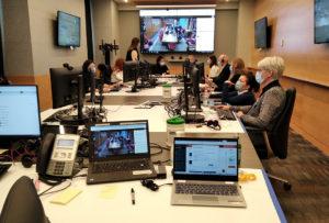 Au cours de la première étape du centre de commandement, les directeurs et les principaux gestionnaires se réunissaient dans la salle du conseil de l'HGJ pour examiner les données sur les usagers des soins de santé de l'ensemble du CIUSSS du Centre-Ouest-de-l'Île-de-Montréal.