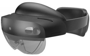 Le chirurgien porte un casque HoloLens de Microsoft pendant l'intervention. Les lentilles (au bas à gauche) couvent les yeux du chirurgien et lui permettent de voir et de manipuler du texte, des images statiques, des vidéos ou des animations, qui semblent flotter dans l'air.