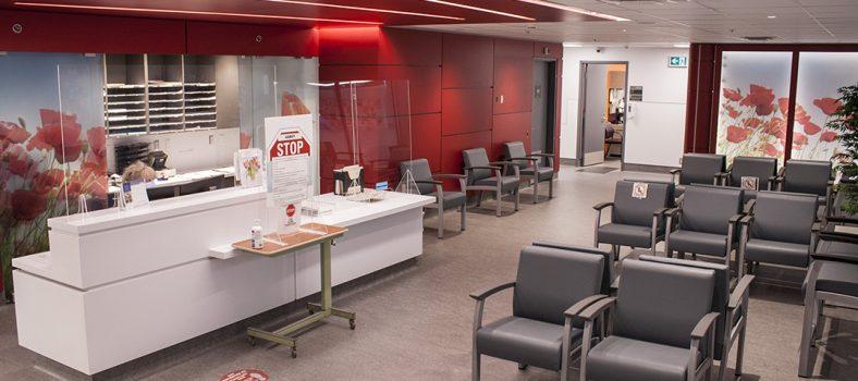 L'aire de réception du Centre gériatrique de bien-être Famille Susan et Aron Lieberman. (Cliquez sur une photo pour l'agrandir.)