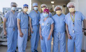 Les membres de l'équipe chargée d'effectuer le remplacement valvulaire aortique par voie percutanée à l'HGJ : (de gauche à droite) Jonathan Marcoux, ingénieur auprès d'Auger Groupe Conseil; le Dr Emmanuel Moss, chef de la Division de chirurgie cardiaque, le Dr Lawrence Rudski, chef de la Cardiologie, le Dr Ali Abualsaud, cardiologue interventionnel, Marlène Bérubé, coordinatrice de l'intervention TAVI; le Dr Felix Ma, chirurgien cardiaque, et Andrew Topaczewski, chef d'équipe de projet à Medtronic Canada.