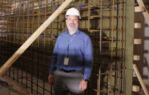 Le chef du projet Richard Boro est dans le bunker souterrain de la Division de radio-oncologie, où le nouvel accélérateur linéaire sera installé. Derrière lui, nous voyons une grille de tiges d'acier qui renforcera les murs épais en béton qui entoureront le nouvel appareil.