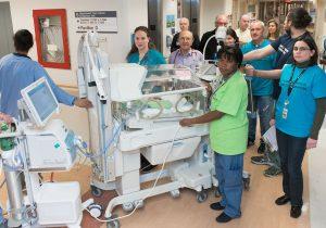 En 2016, le Dr Apostolos Papageorgiou (au centre, derrière un incubateur) a aidé à superviser le déménagement de l'Unité de soins intensifs néonatals au pavillon K.