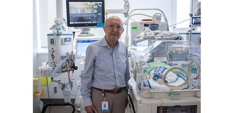 Le Dr Apostolos Papageorgiou dans l'Unité de soins intensifs néonatals à l'HGJ. (Cliquez sur une photo pour l'agrandir.)