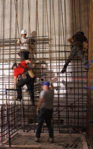 Les travailleurs préparent un bunker souterrain en vue de l'installation cet automne du nouvel accélérateur linéaire de la Division de radio-oncologie. Une grille composée de tiges d'acier est en cours de construction afin de renforcer les murs épais en béton qui entoureront la nouvelle machine. La ligne rouge horizontale au centre de la photo est un faisceau laser qui sert de guide afin de s'assurer que les tiges, et éventuellement les murs, sont à niveau et correctement alignés.