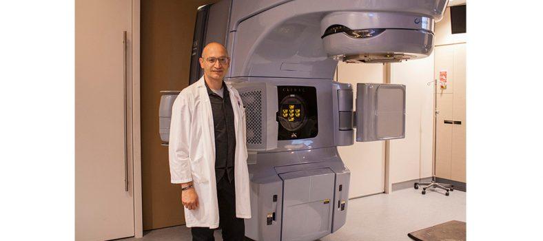 Le Dr Khalil Sultanem, chef intérimaire de la Division de radio-oncologie avec l'un des accélérateurs linéaires de sa Division. (Cliquez sur n'importe laquelle des photos pour l'agrandir.)