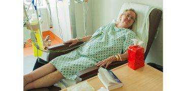 Pendant qu'elle se rétablit d'une intervention cardiaque, Norma Maege trouve qu'elle est plus confortable pour se détendre et dormir dans l'un des nouveaux fauteuils inclinables faits sur mesure de l'Hôpital que dans un lit d'hôpital. (Cliquez sur n'importe laquelle des photos pour l'agrandir.)