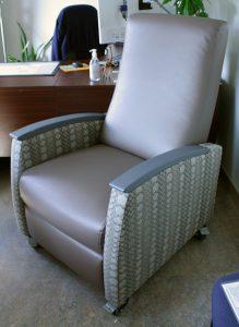 Un prototype des nouveaux fauteuils inclinables de l'HGJ se trouve dans l'un des bureaux de l'administration à l'Hôpital. Avant la fabrication des nouveaux fauteuils, les membres du personnel ont inspecté ce modèle pour s'assurer qu'il répondait aux normes de confort et de soins de santé.