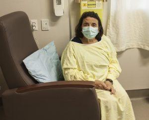 Luciana Turchetta se détend dans l'un des nouveaux fauteuils inclinables faits sur mesure dans lequel elle a dormi lors des nuits qu'elle a passé à l'HGJ au chevet de son mari qui se rétablissait d'une crise cardiaque.